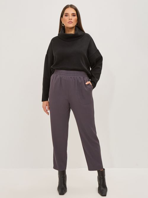 Tapered leg trousers with pockets