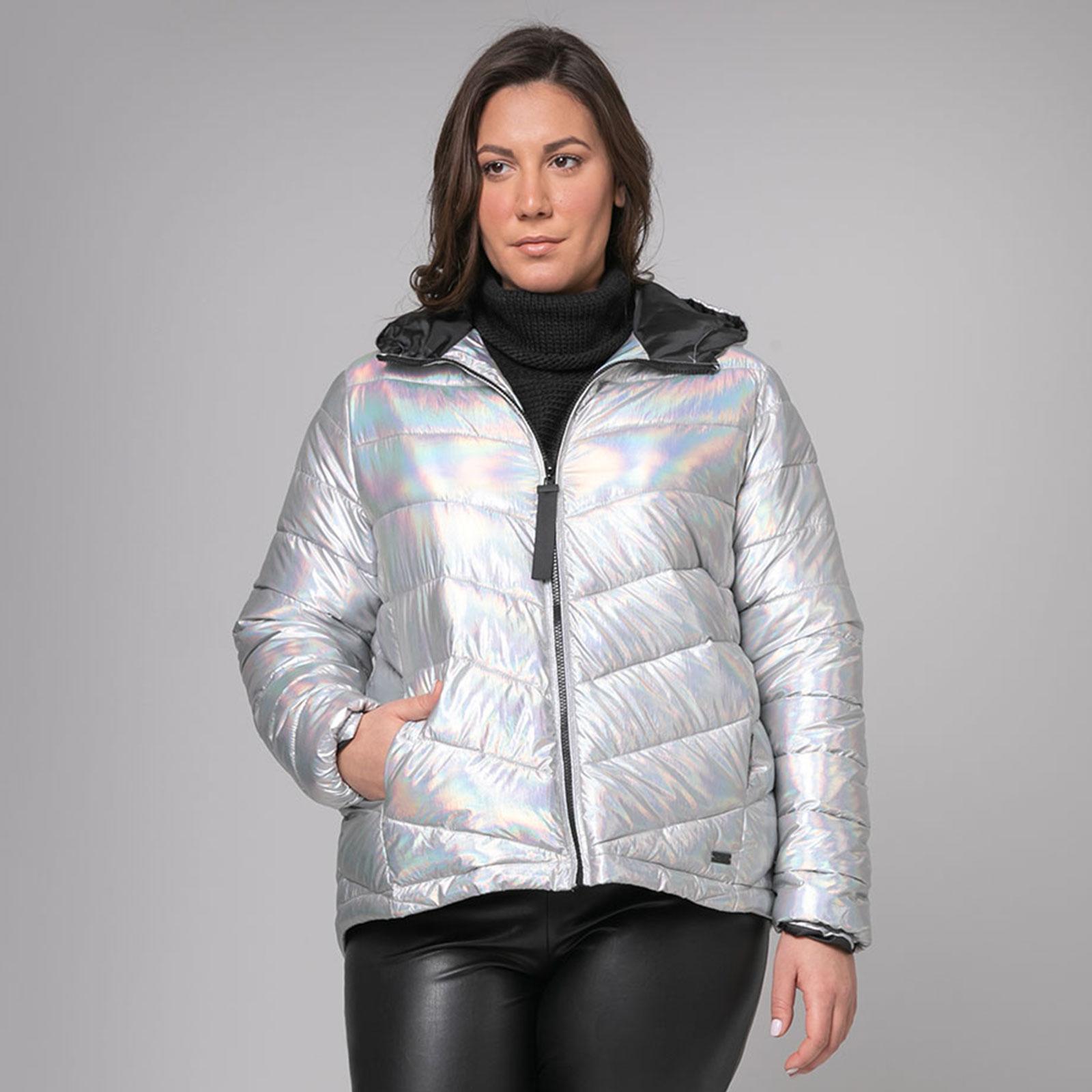 Μία από τις αγαπημένες τάσεις του χειμώνα είναι το φουσκωτό μπουφάν. Τα puffer jackets έχουν διακριθεί στο καθημερινό styling και φοριούνται πλέον όλες τις ώρες... Εάν θέλεις να επενδύσεις σε ένα τέτοιο statement piece, αυτό το κομμάτι σε ασημί hologram θα σε εντυπωσιάσει!