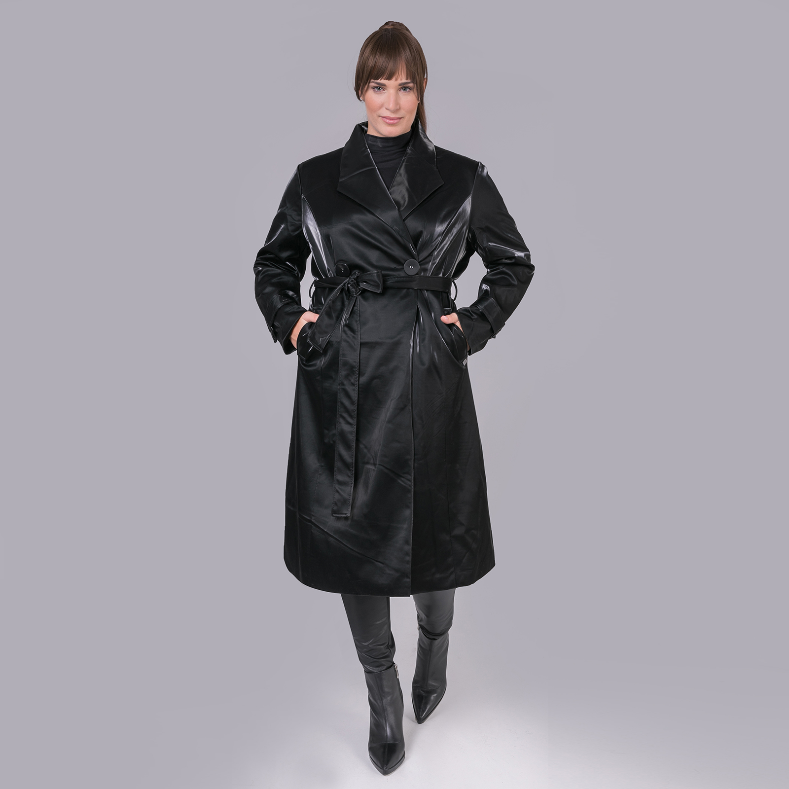 Trend Alert! Οι καμπαρντίνες αποτελούν το απόλυτο must have item για φθινόπωρο. Τα trench coats είναι μία τέλεια λύση για τις πρώτες %27δροσερές%27 μέρες. Αυτό το vinyl κομμάτι όμως είναι απλά συγκλονιστικό %26 θα κάνει το outfit σου πιο stylish από ποτέ.... Απογείωσε το look με total white sneakers ή ankle boots %26 εκκεντρικά αξεσουάρ. P.S. Φοριέται και σαν φόρεμα!