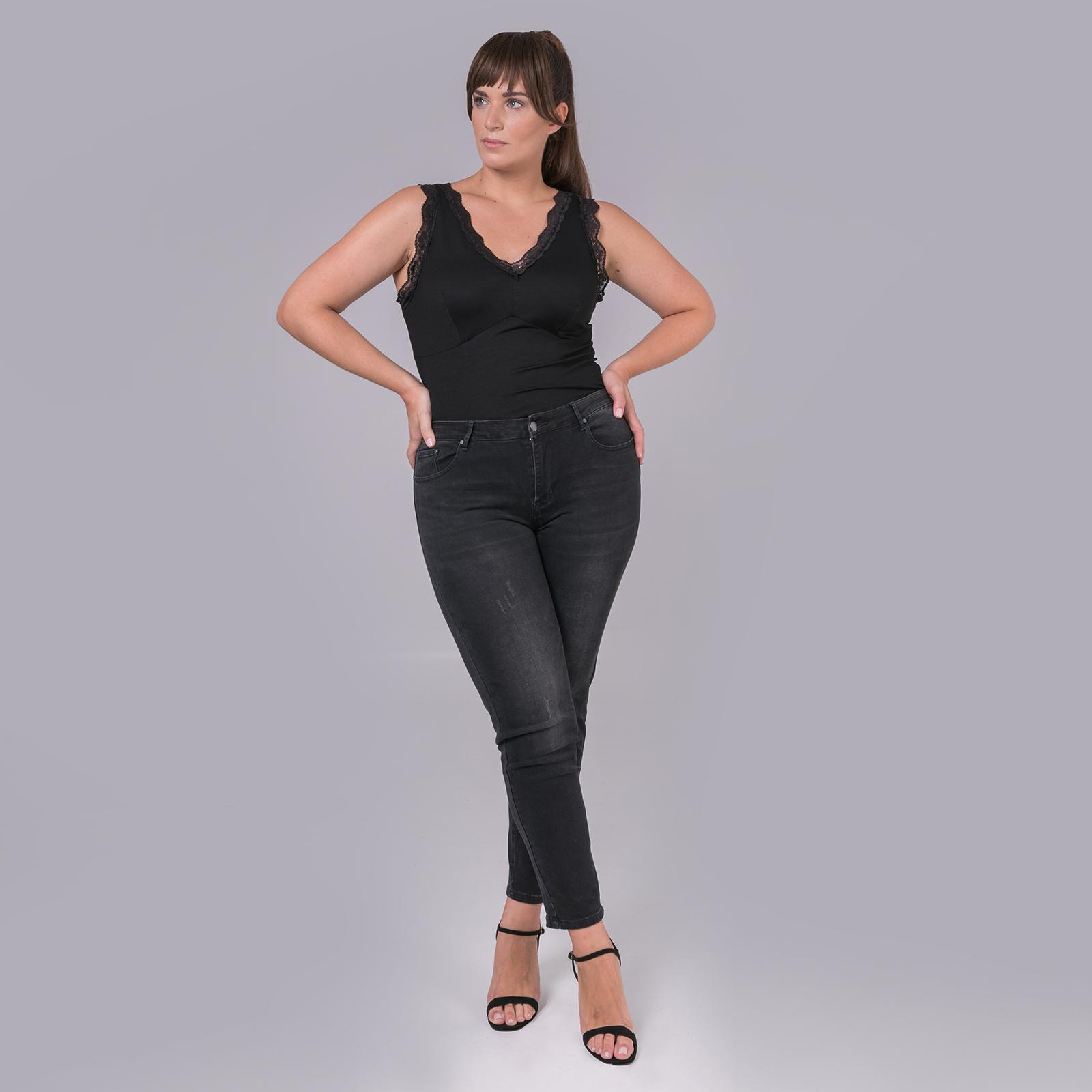 ● Ελαστικό denim ● Κανονική μέση ● Κλείσιμο με μεταλλικό κουμπί και φερμουάρ ● Πέντε τσέπες ● Slim γραμμή ● Κέντημα με μπλε νήματα στις τσέπες πίσω Μήκος (εσωτερική ραφή): 70 εκ. 72%COTTON 23%POLYESTER 2%ELASTANE 3%VISCOSE Το μοντέλο έχει ύψος 1,79 εκ. και φοράει S