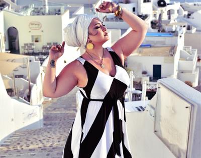 Η Κατερίνα Πεφτίτση  στη Σαντορίνη με mat. fashion